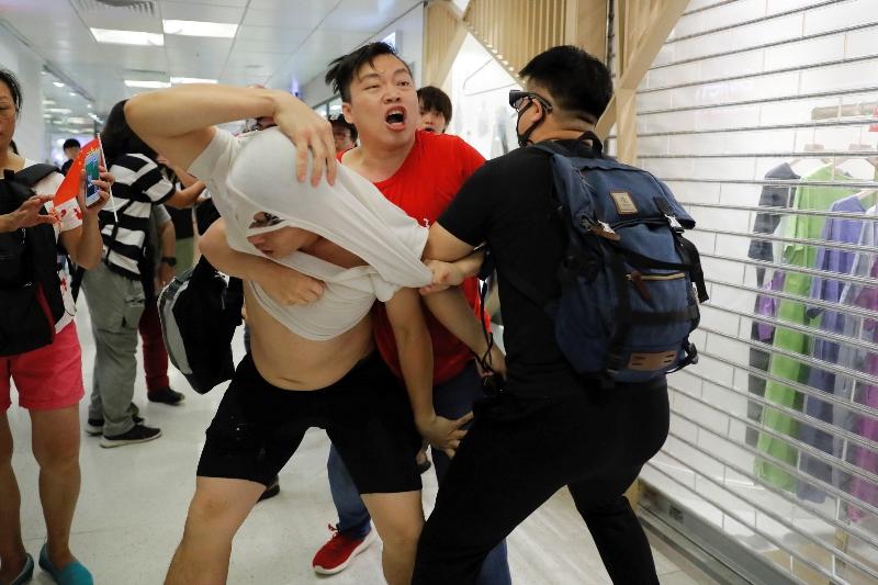 «Εμφύλιος» στο Χονγκ Κονγκ: Αντικυβερνητικοί διαδηλωτές συγκρούστηκαν με υποστηρικτές του Πεκίνου
