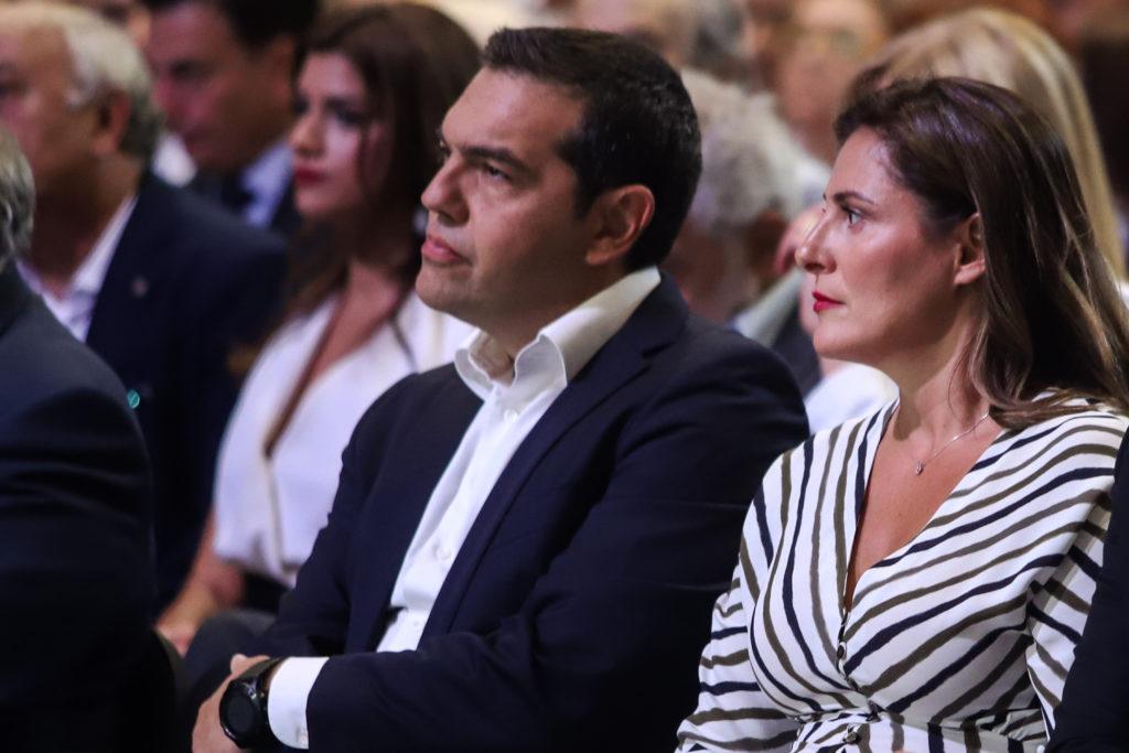 Η Μπέττυ Μπαζιάνα στο πλευρό του Αλ. Τσίπρα στην ομιλία του στη ΔΕΘ (Photos)