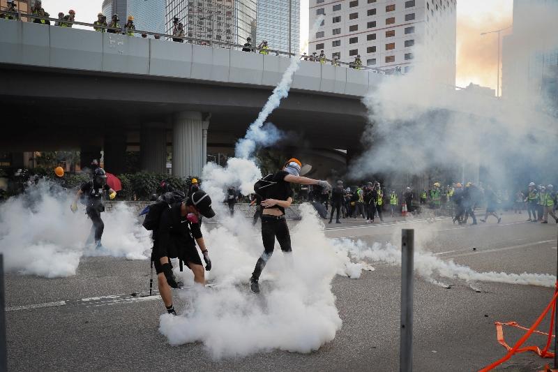 Χάος στο Χονγκ Κονγκ: Δακρυγόνα, μολότοφ και τούβλα σε νέες διαδηλώσεις
