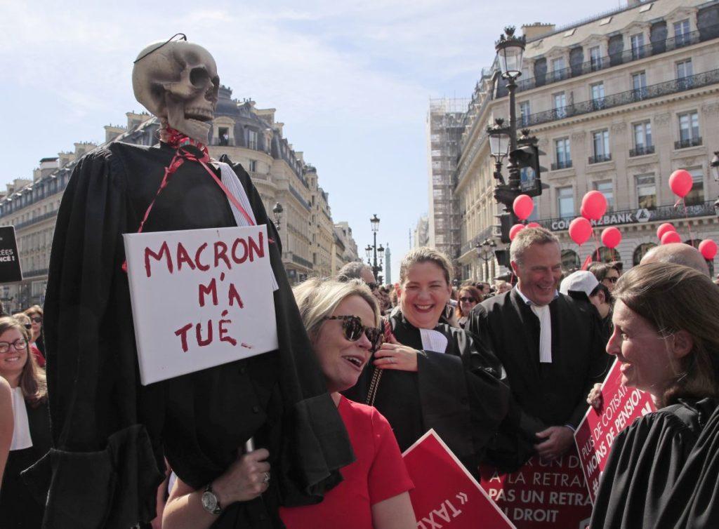 Στους δρόμους του Παρισιού γιατροί, δικηγόροι και πιλότοι κατά της μεταρρύθμισης του συνταξιοδοτικού (Photos)
