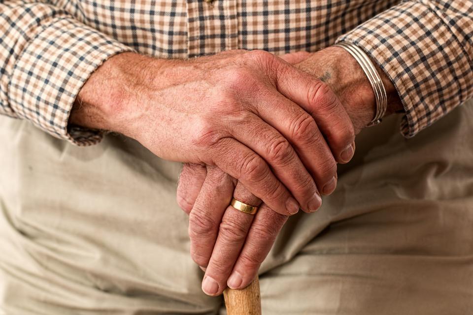 Για πρώτη φορά φάρμακο δείχνει να «βάζει φρένο» τη νόσο Πάρκινσον
