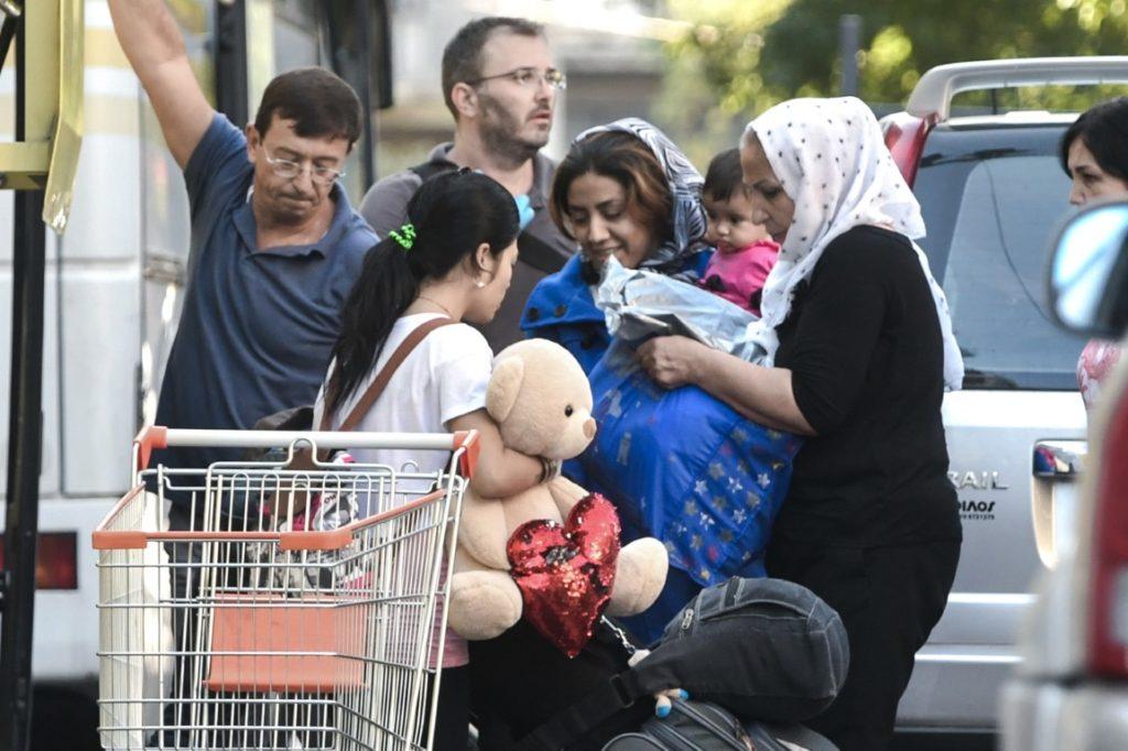Γονείς με μωρά και παιδιά ανά χείρας – Φωτογραφίες από την «επιχείρηση» της ΕΛ.ΑΣ