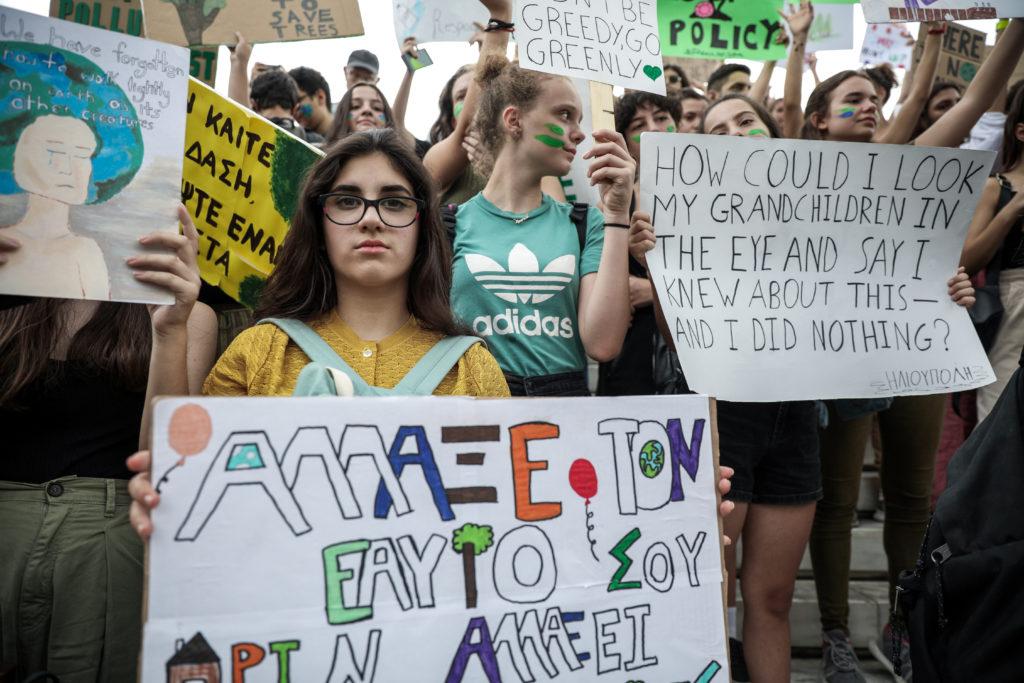 Σε εξέλιξη η μαθητική διαδήλωση στο Σύνταγμα κατά της κλιματικής αλλαγής (Photos – Video)