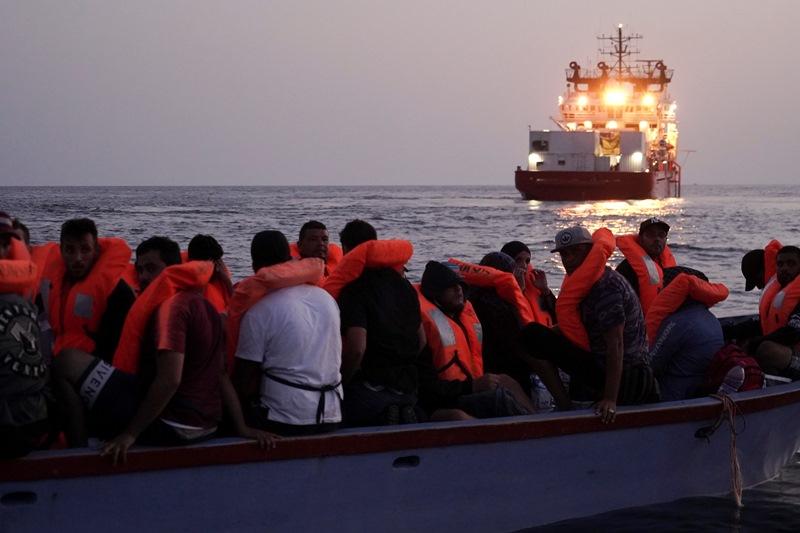 Μάλτα: Εκατοντάδες μετανάστες διασώθηκαν, ενώ δεκάδες άλλοι παραμένουν εγκλωβισμένοι στο πλοίο Ocean Viking