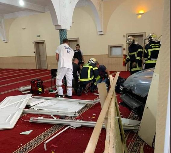 Γαλλία: Οδηγός έριξε σκόπιμα το αυτοκίνητό του στην είσοδο στο Μεγάλο Τέμενος του Κολμάρ (Photos+Video)