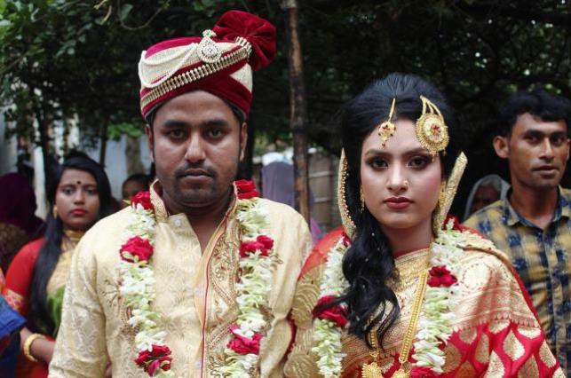 Μπαγκλαντές: 19χρονη έγινε πρωτοσέλιδο επειδή μετά τον αρραβώνα πήρε τον γαμπρό… σπίτι της (Photos)