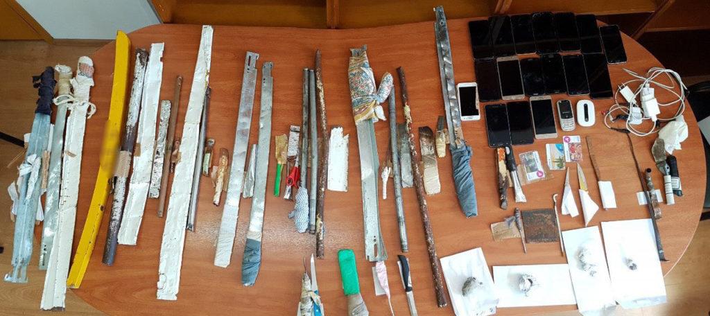 Αιφνιδιαστική έρευνα στις φυλακές Αυλώνα – Βρέθηκαν από ναρκωτικά μέχρι… σπαθιά (Photos)