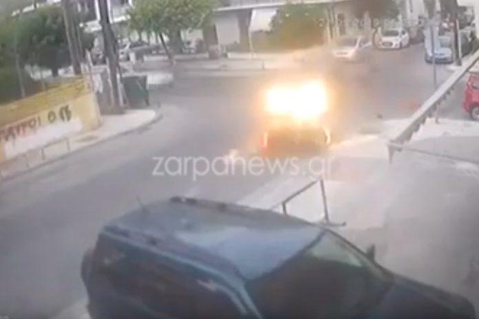 Κρήτη: Οδηγός αυτοκινήτου παρέσυρε μηχανή με δύο αναβάτες και τους εγκατέλειψε! (Video)