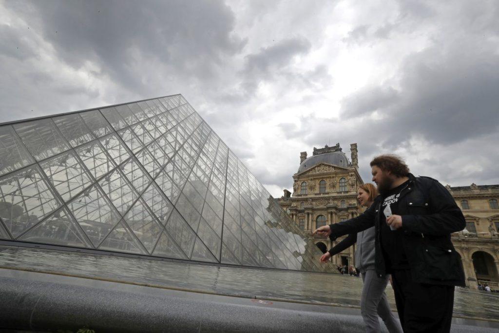 Γαλλία: Πασάλειψαν με μελάσα την Πυραμίδα του Λούβρου διαμαρτυρόμενοι για την Total (Photos)