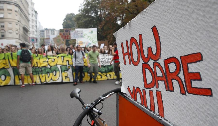 Το «Πώς τολμάτε;» της Γκρέτα Τούνμπεργκ εμπνέει τους διαδηλωτές για το κλίμα (Photos)