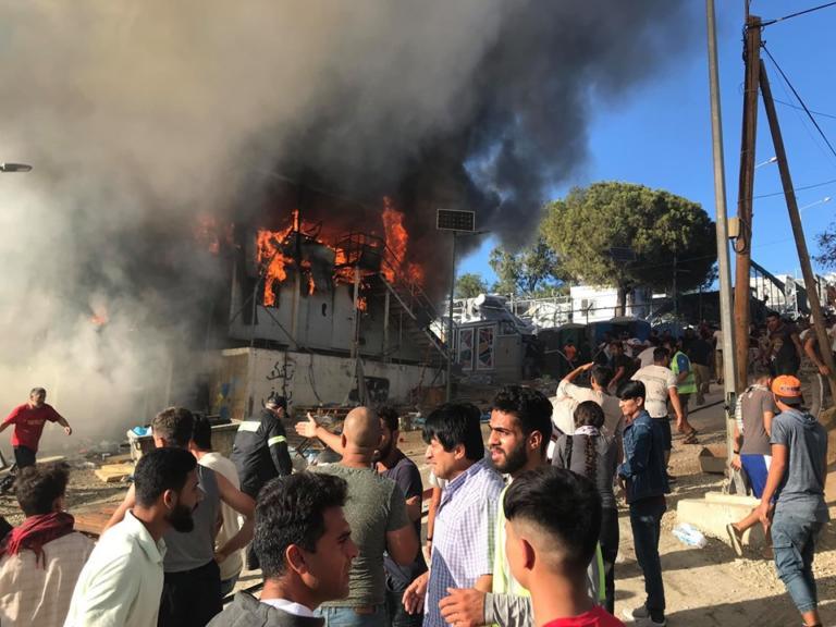 Δύο νεκροί πρόσφυγες ο τραγικός απολογισμός πυρκαγιάς σε κοντέινερ της Μόριας (Photos+Video)