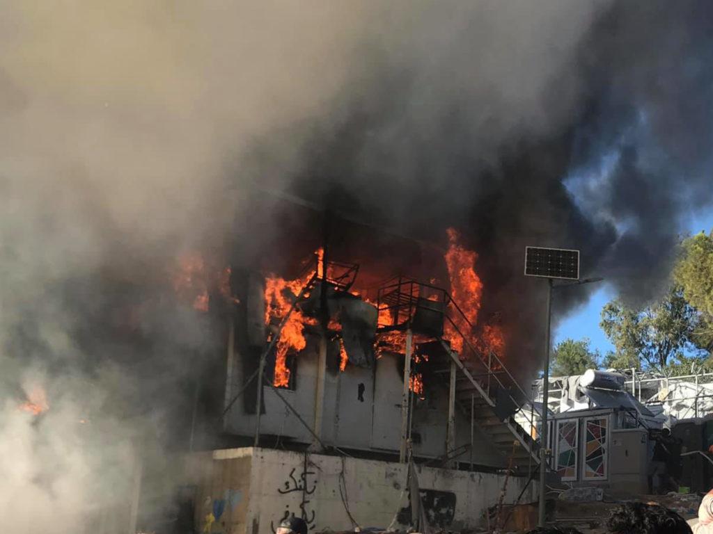 Φρίκη στη Μόρια: Απανθρακωμένη σορός μεταφέρθηκε με ιδιώτη στο νοσοκομείο Μυτιλήνης