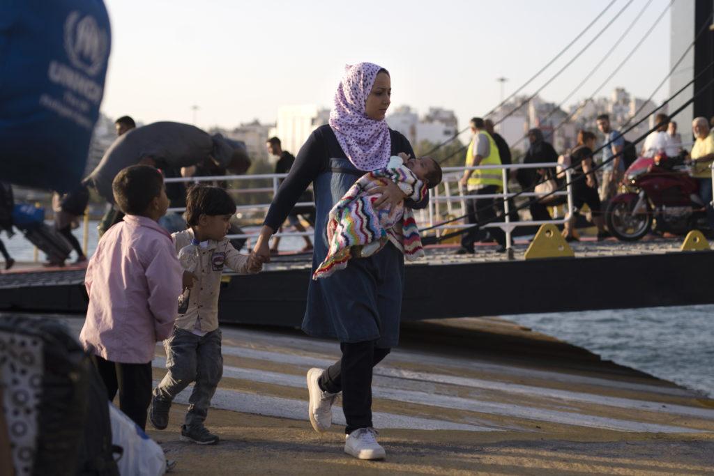 Στην Ελευσίνα το αρματαγωγό «ΙΚΑΡΙΑ» με 389 πρόσφυγες και μετανάστες από τη Σύμη