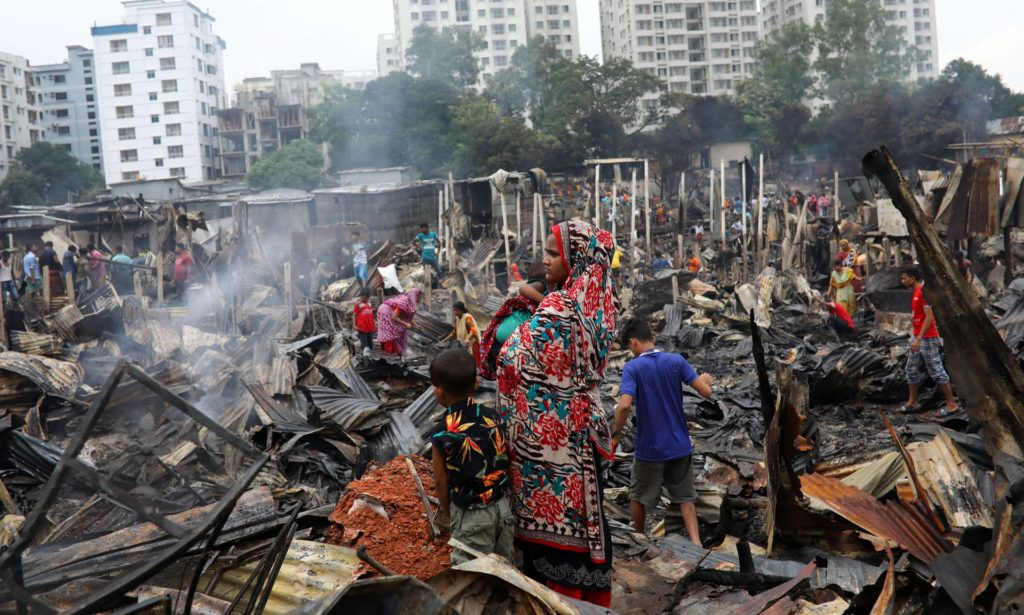 Τεράστια φωτιά ισοπέδωσε παραγκούπολη στο Μπαγκλαντές αφήνοντας τουλάχιστυον 10.000 άστεγους (Video)