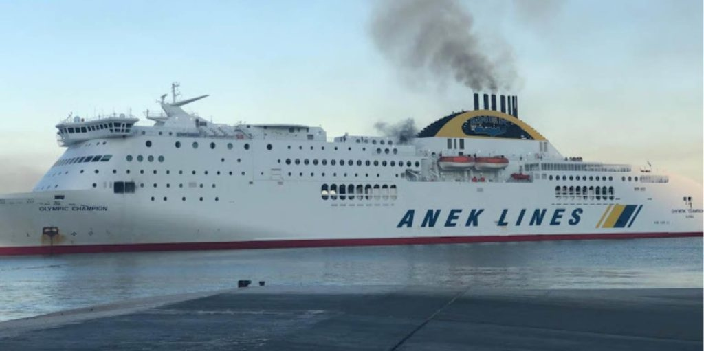 Από φορτηγό στο γκαράζ του πλοίου ξεκίνησε πιθανώς η φωτιά στο Οlympic Champion (Photos+Video)