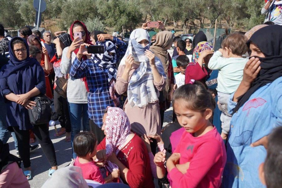 Καθιστική διαμαρτυρία και μικρή αναταραχή από τους πρόσφυγες στη Μόρια (Video)