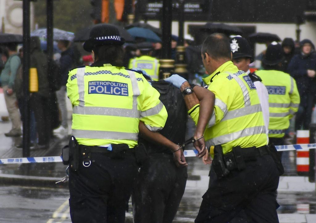Λονδίνο: Άνδρας προσπάθησε να αυτοπυρποληθεί έξω από το κοινοβούλιο (Photos)