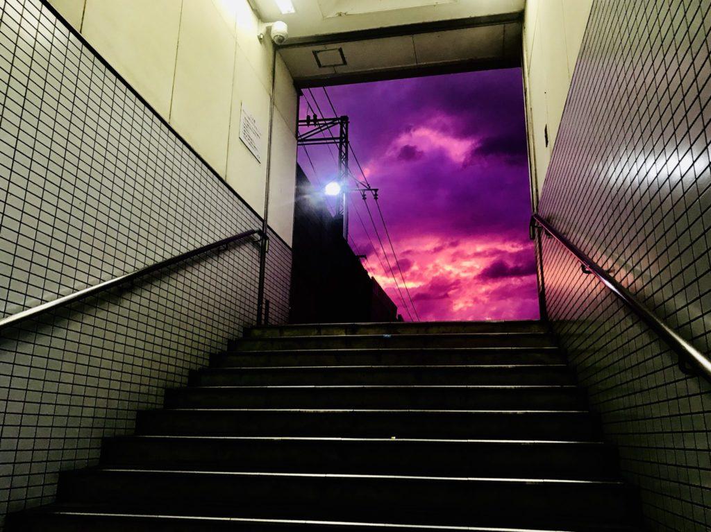 Ιαπωνία: Λίγο πριν «χτυπήσει» ο τυφώνας Hagibis «έβαψε»… μοβ τον ουρανό (Photos)