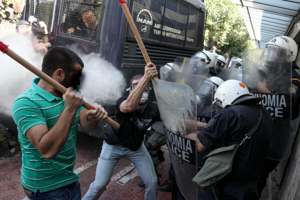 Σοβαρά επεισόδια στο Σύνταγμα μεταξύ φοιτητών και ΜΑΤ – Ξύλο και δακρυγόνα έξω από τη Βουλή (Photos)