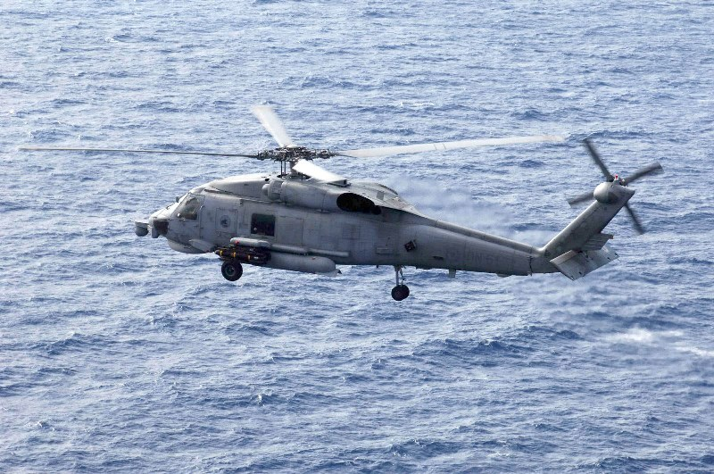 Μεταφορά ασθενούς από κρουαζιερόπλοιο με ελικόπτερο του Πολεμικού Ναυτικού
