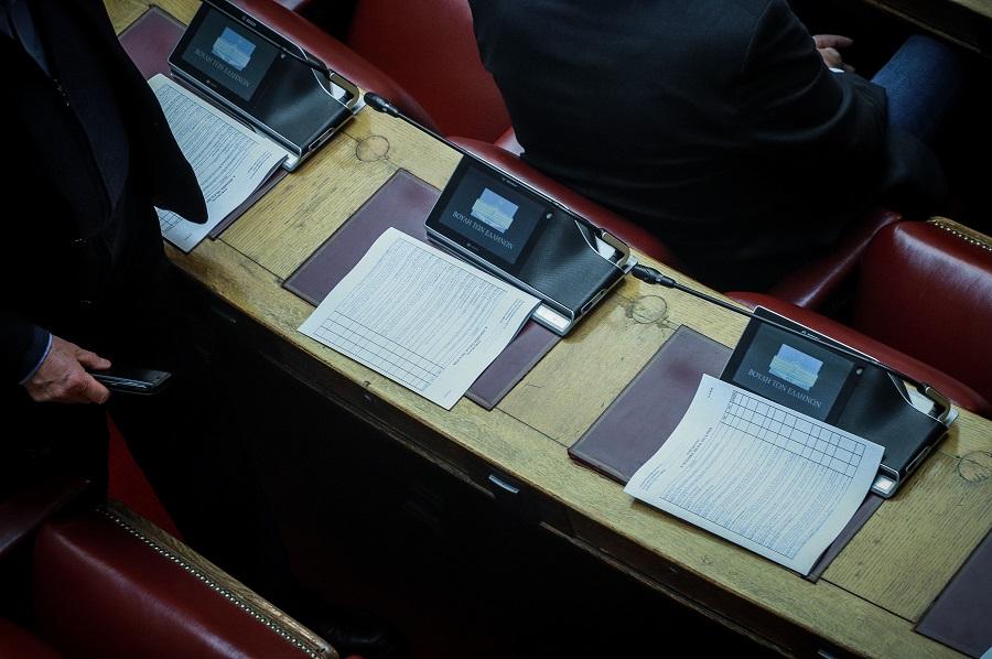 Τι προβλέπει η κυβερνητική πρόταση για αναθεώρηση του άρθρου 54 για την ψήφο των αποδήμων