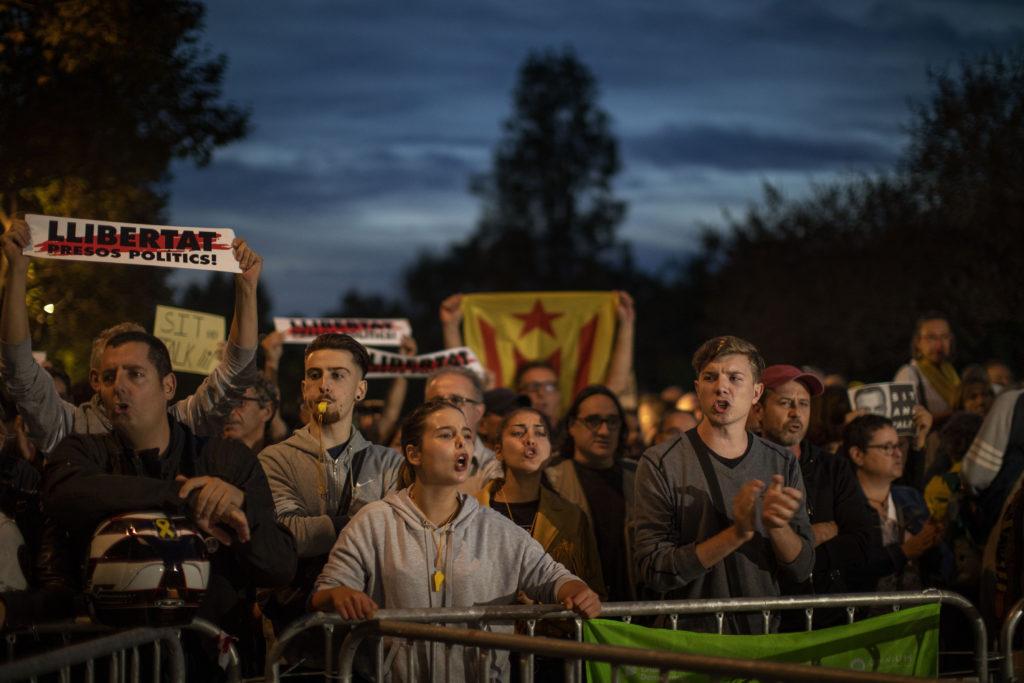 Βαρκελώνη: Συνεχίζονται οι διαδηλώσεις – Έστησαν αυτοσχέδιο καταυλισμό στο κέντρο της πόλης