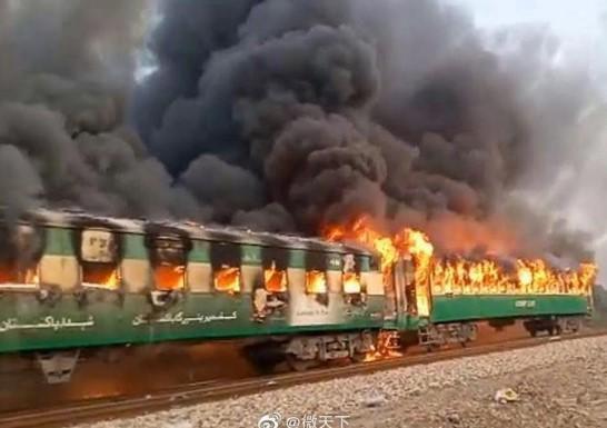 Πακιστάν: Στους 71 ο αριθμός των νεκρών από την έκρηξη σε τρένο (Video)