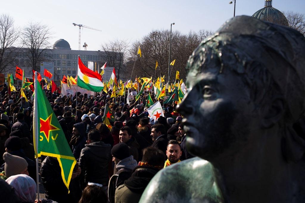Παρίσι: Εκατοντάδες Κούρδοι διαδήλωσαν ζητώντας την επιβολή κυρώσεων στην Τουρκία (Video)