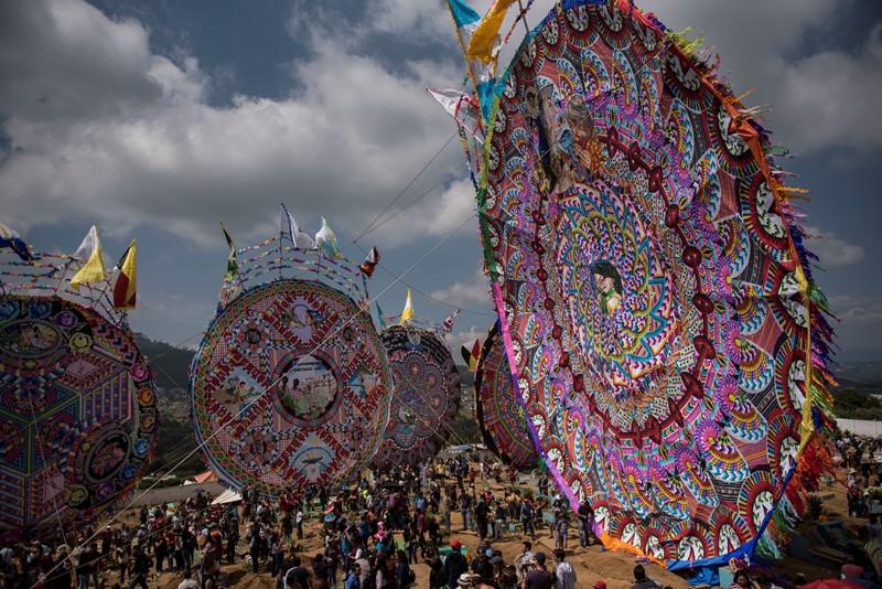 Χιλιάδες άνθρωποι στο Σαντιάγο της Γουατεμάλας είδαν τους τεράστιους αετούς για την Ημέρα των Νεκρών