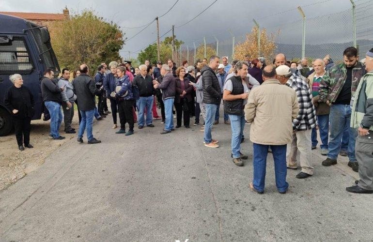 Χίος: Μπλόκο κατοίκων σε πρόσφυγες και μετανάστες (Video)