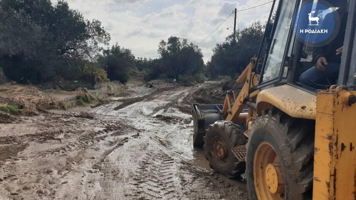 Ρόδος: Οδηγός απεγκλωβίστηκε από την Πυροσβεστική – Μεγάλες καταστροφές από τη βροχή (Photo)