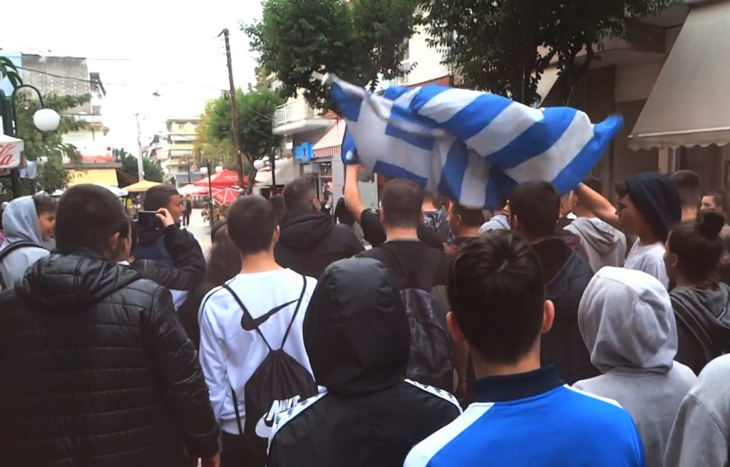 Το δηλητήριο εξαπλώνεται: Ρατσιστική πορεία μαθητών κατά μεταναστών στα Γιαννιτσά (Video)
