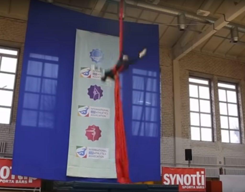 Σοκαριστική πτώση Ρωσίδας ακροβάτριας – Κινδυνεύει να μην ξαναπερπατήσει (Video)