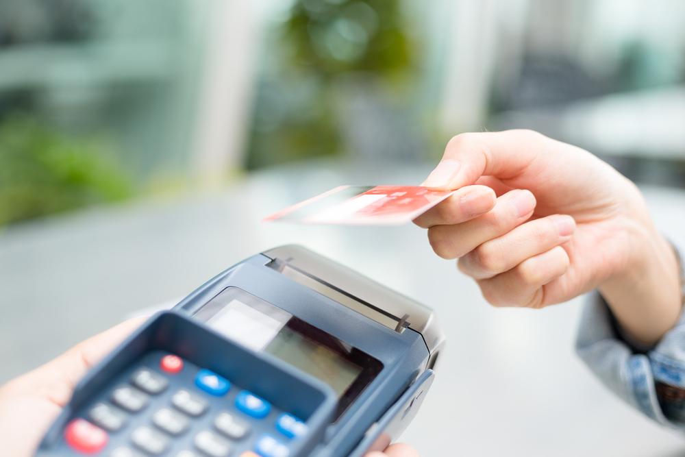 Μισό εκατομμύριο επιπλέον χρεωστικές κάρτες αλλά και… μείωση συναλλαγών κατά 16%