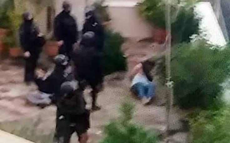 «Τέρατα» από τους άνδρες των ΜΑΤ στο Κουκάκι: «Είδα να πατούν τον γιο μου στο κεφάλι» (Video – Photo)