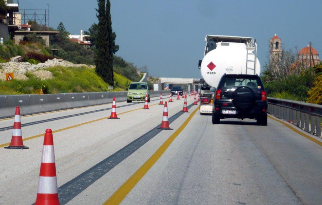 Εθνική Οδός Κορίνθου – Πατρών: Φορτηγό «καρφώθηκε» σε σταματημένο Ι.Χ