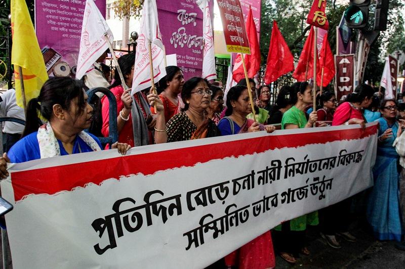 Ινδία: Νεαρή, θύμα βιασμού, υπέκυψε στο νοσοκομείο μετά την πυρπόληση της από συμμορία