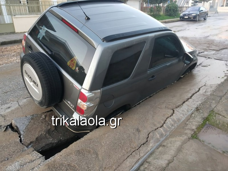 Δρόμος «κατάπιε» αυτοκίνητο στα Τρίκαλα (Video)