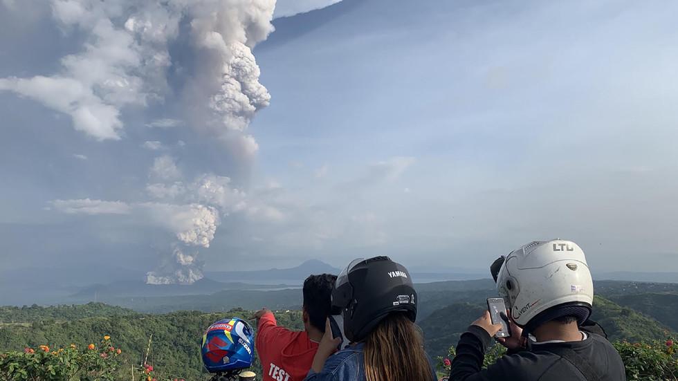 Φιλιππίνες: Ηφαίστειο εκτόξευσε σε ύψος 1 χλμ τέφρα – Αναστολή όλων των πτήσεων προς Μανίλα (Photos/Videos)