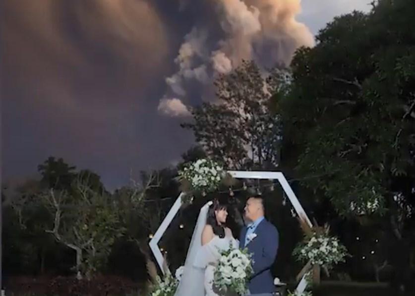 Φιλιππίνες: Γαμήλια τελετή με φόντο τους… καπνούς ηφαιστείου (Video)