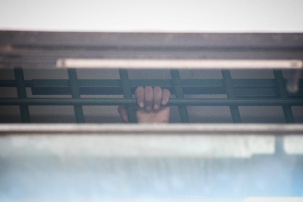 Κρατούμενη στο κολαστήριο της Πέτρου Ράλλη: «Υποφέρουμε!» – Απειλές της ΕΛ.ΑΣ.: «Αν ξαναμιλήσετε δεν θα φύγετε ποτέ από εδώ»