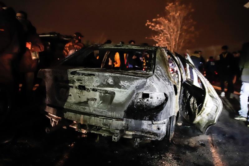 Επεισόδια στο ΟΑΚΑ – Οπαδοί πυρπόλησαν με μολότοφ περιπολικό της ΕΛ.ΑΣ
