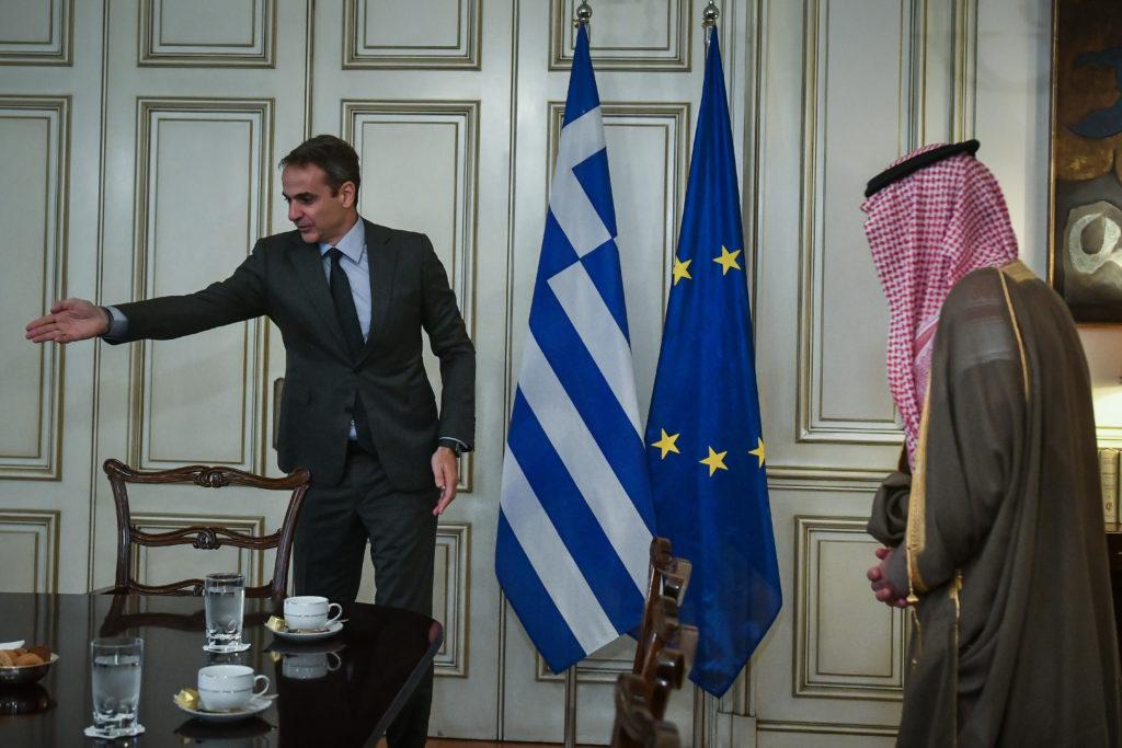 Ο Μητσοτάκης στη Σαουδική Αραβία: Πρώτα ο Έλληνας πρωθυπουργός και έπονται οι… Πάτριοτ