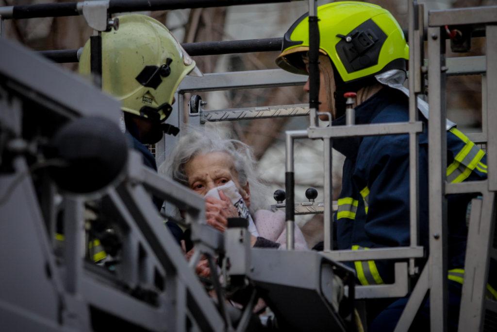 Συγκλονιστικές φωτογραφίες από την πυρκαγιά σε διαμέρισμα στο Παλαιό Φάληρο – Απεγκλωβίστηκαν δύο γυναίκες