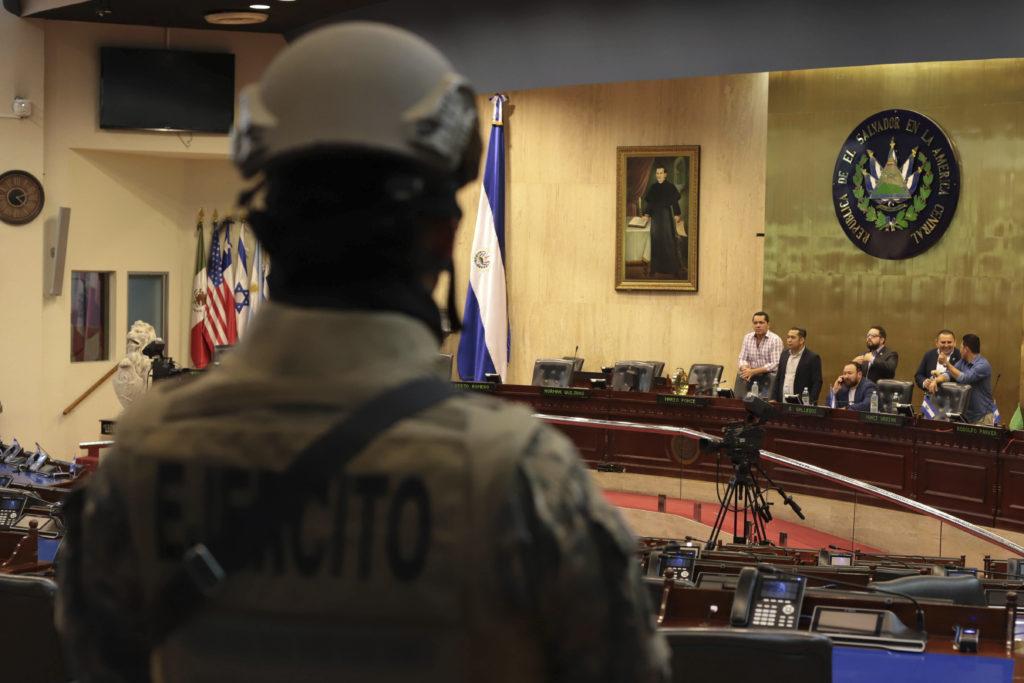 Ελ Σαλβαδόρ: Κομάντος μπούκαραν στη Βουλή για να… εγκριθεί δάνειο! (Photos)