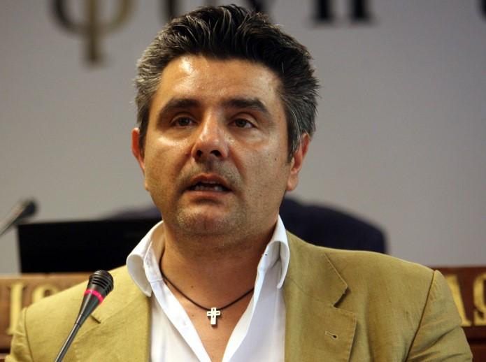 Κάρφωσαν μαχαίρι στην πόρτα του δημοσιογράφου Μανώλη Κυπραίου