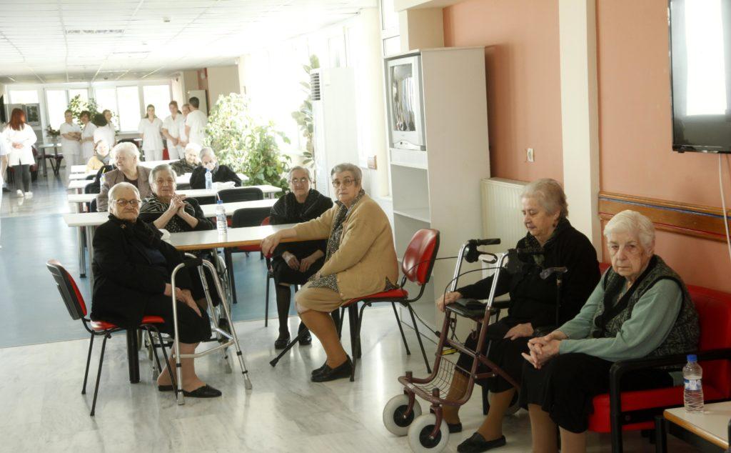 Περιφέρεια Αττικής: Απαγορεύεται το επισκεπτήριο σε Μονάδες Φροντίδας Ηλικιωμένων