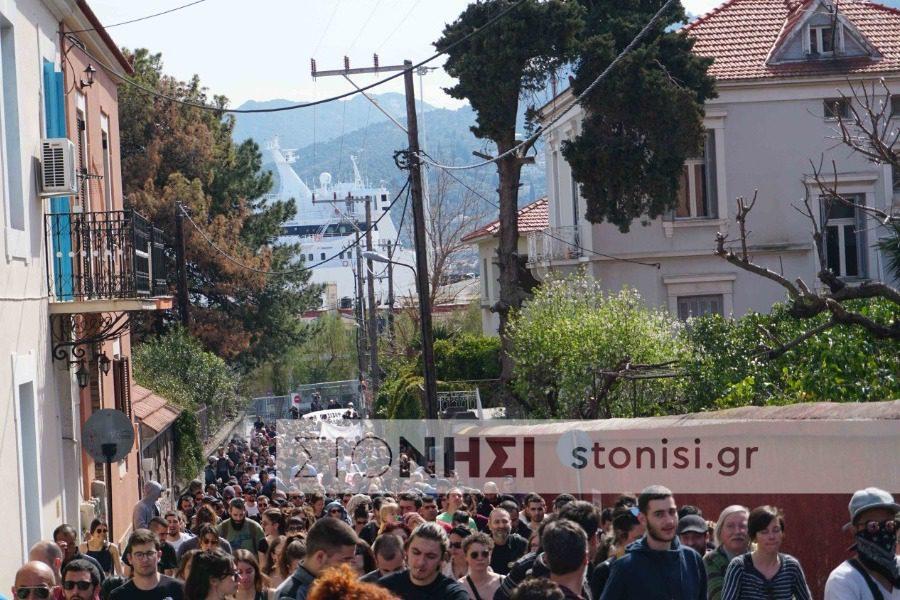 Μυτιλήνη: Μεγάλη αντιρατσιστική-αντιφασιστική διαδήλωση κατά κέντρων κράτησης (Photos/Video)