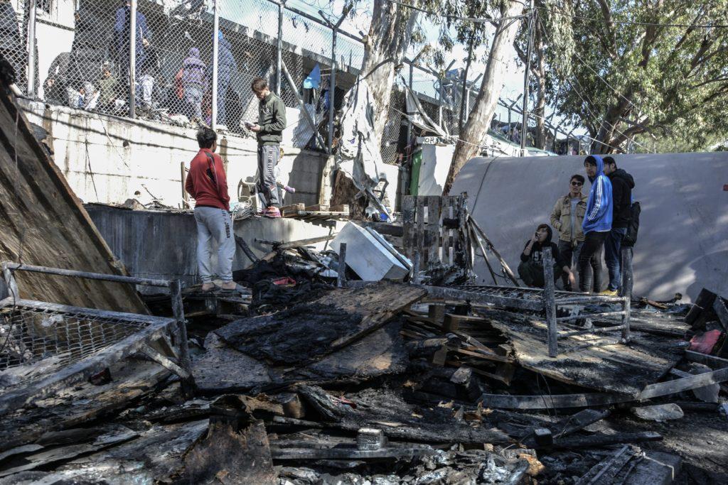 Φωτιά στον προσφυγικό καταυλισμό της Μόριας – Ένα 6χρονο παιδί νεκρό (Video)