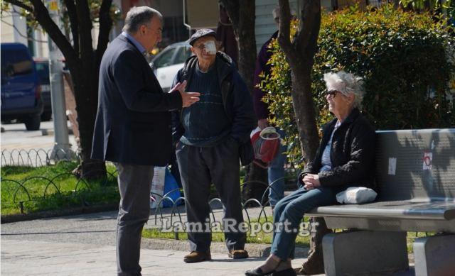 Λαμία: Ο δήμαρχος βγήκε να «μαζέψει» τους ηλικιωμένους από την πλατεία (video)
